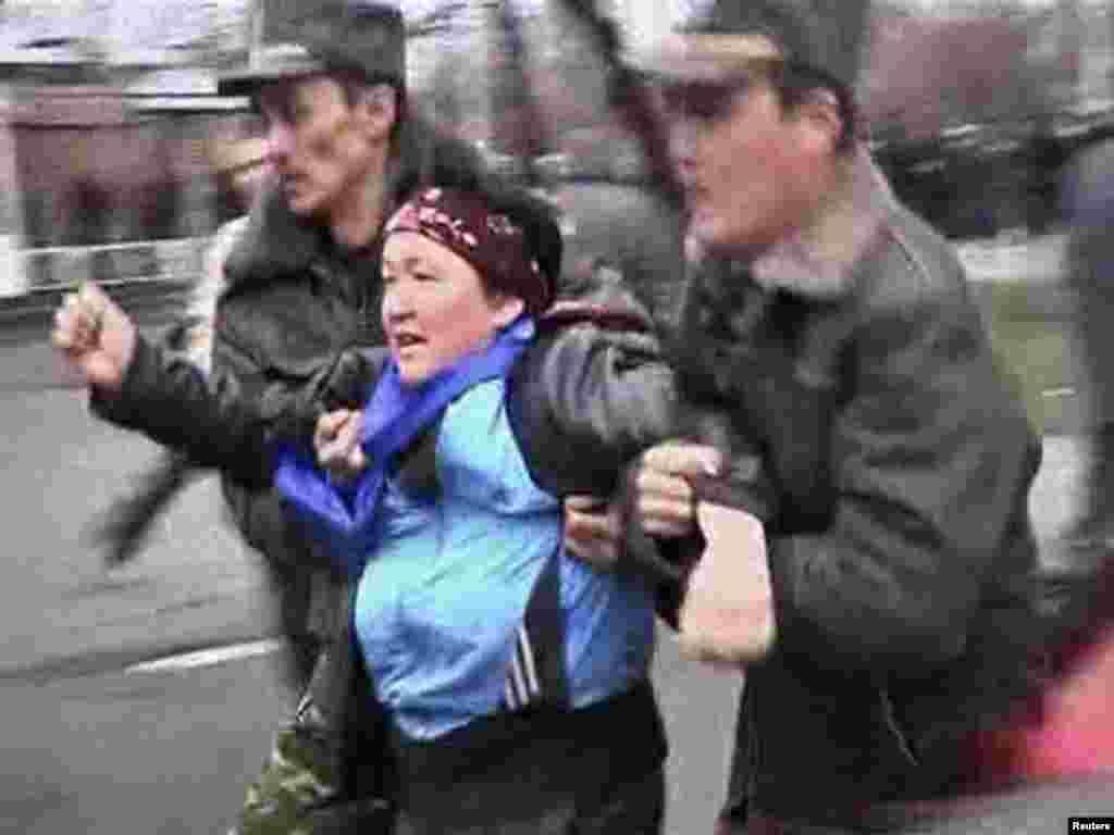 Задержание протестующих в Бишкеке, 7 апреля 2010 года.