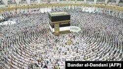 Мусульмане совершают таваф вокруг Каабы. Архивное фото.