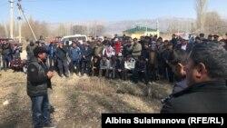 Cобравшиеся по поводу происшествия на месторождении Шыралжын жители.