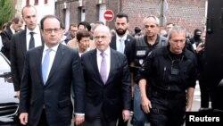 Франция президенты Франсуа Олланд (сулда) һәм эчке эшләр министры Бернар Казнёв (уртада) һөҗүм булган мәчет янында