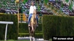 G.Berdimuhamedow 'zähmetkeşleriň sowgat beren' atlarynyň birinde gezim etdi. Türkmen TW-sinden alyndy.