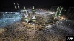 """""""Әл-Хәрам"""" мәчете. Быел хаҗда ике миллионлап мөселман катнаша, шуларның 1 миллион 400 меңе башка илләрдән килүчеләр."""