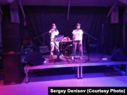 """Выступление группы """"Красные Зори"""" на концерте в поддержку сестер Хачатурян. Фото: Сергей Денисов"""