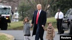 ABŞ prezidenti Donald Trump nəvələri ilə gəzir, 17 fevral 2017.