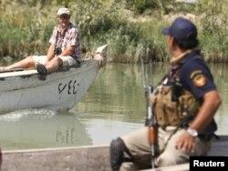 Бесстрашные российские туристы в сопровождении охраны в болотах на юге Ирака. 2011 года