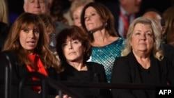 Пола Джонс, Кэтлин Вилли и Хуанита Броадрик (слева направо) — женщины, обвинившие Билла Клинтона в домогательствах, на дебатах кандидатов. Сент-Луис, 9 октября 2016 года.