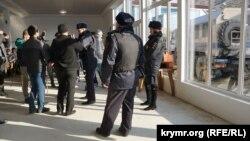Російські силовики прийшли на засідання ініціативної групи кримчан в Судаку, 27 січня 2018