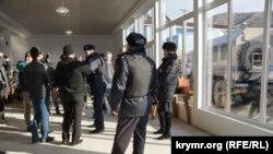 ОМОН на заседании «Крымской солидарности» в Судаке. 27 января 2018 года