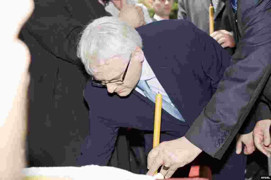 FOTO: BORIS MILJEVIĆ - Predsjednik Hrvatske, Ivo Josipović, odaje poštu žrtvama u Sijekovcu