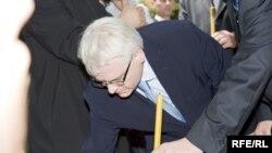Ivo Josipović odaje počast žrtvama u Sijekovcu, 30. maj 2010. Fotografije uz tekst: Boris Miljević