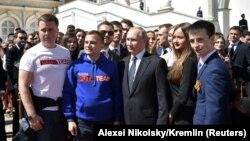 Președintele Vladimir Putin se fotografiază împreună cu adepți ai săi, în Piața Catedralei la Kremlin; Moscova 7 mai 2018