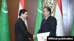 Prezident Gurbanguly Berdimuhamedow täjik kärdeşi Emomali Rahmon bilen. Arhiw suraty.