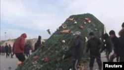 Начало кровавых событий в Жанаозене в декабре 2011 года. Неизвестные молодые люди повалили установленную на Новый год на центральной площади ёлку. 16 декабря 2011 года.