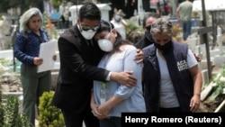 Этот снимок сделан в соседней с США Мексике, где число жертв эпидемии превысило 50 тысяч