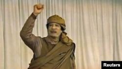 Муамар Кадафі вітае сваіх прыхільнікаў у г. Налут, 19 лютааг 2011 г.
