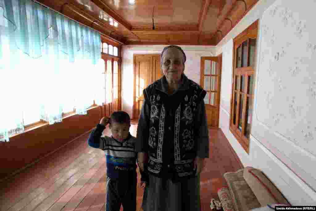 Ульмас-апа. 1941 года рождения, мать восьмерых детей (пять дочерей и три сына). Все сыновья живут рядом с ней, три дочери живут в Казахстане. Сама живет в Паркенте.