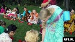 На религиозном празднике кришнаитов. Карасайский район Алматы. Июль 2007 года.