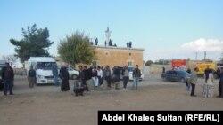 مدنيون يعتصمون على بعد كيلومتر من كوباني