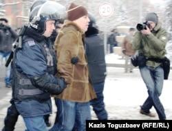 Полицейские задерживают участников акции протеста в Алматы. 17 декабря 2011 года.