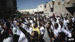 """Bahreýniň Diraz obasynda demonstrasiýaçylar """"Musulmanlaryň bigünäligi"""" atly filme garşy protest bildirýärler. Diraz, 14-njy sentýabr, 2012."""