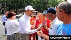 Градоначалникот на Скопје, Коце Трајановски дели шишиња вода за заштита на граѓаните од топлотниот бран.