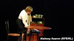 Спектакльдегі даяшы рөлін актриса Лариса Осипова ойнады. Алматы, 15 қыркүйек 2015 жыл.