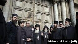 متولیان کلیساهای اروتدوکس یونانی، ارمنی و کاتولیک دوشادوش یکدیگر در برابر درب بسته کلیسای مقبره، اعتراض خود را اعلام کردند.
