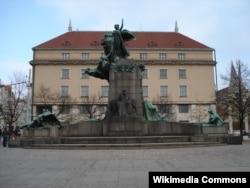 Площадь имени Франтишека Палацкого с его бронзовым памятником: здесь можно проводить демонстрации без разрешения властей