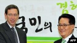 رابرت آینهورن (چپ) در کنار رهبر حزب دموکرات کره جنوبی