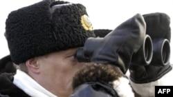 Владимир Путин наблюдает за военными учениями в Архангельске. 17 февраля 2004 года.