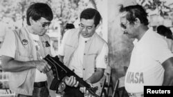 Филиппин президенти Дутерте мэр кезинде. Сүрөттө солдон биринчи