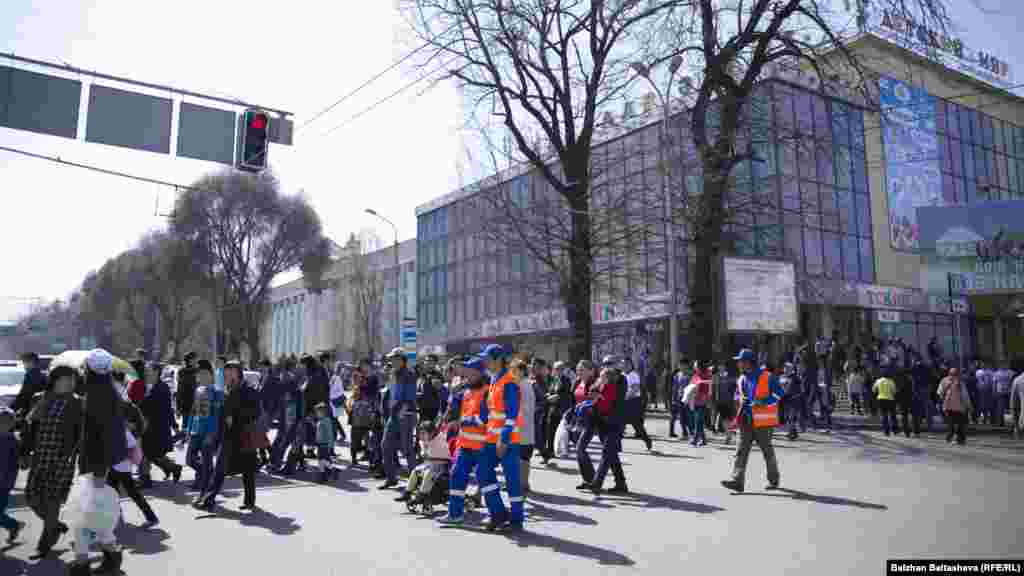 С раннего утра люди подходили на площадь Астана. 22 марта 2016 года