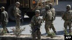 АКШ аскерлери Кабулда жанкечти жардыруу жасаган жерде. 11-октябрь, 2016-жыл.
