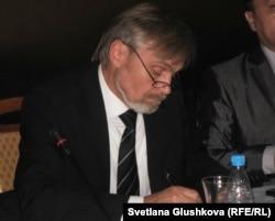 Адам құқығын қорғау бюросы Қарағанды бөлімшесінің жетекшісі Юрий Гусаков. Астана, 18 қазан 2011 жыл.