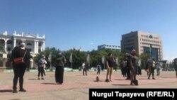 Женщины на площади перед акиматом Нур-Султана призывают акима города выйти к ним. 20 июня 2020 года.