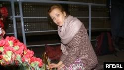 Студентка-медик Оксана Чорна дбає про свічки на місці трагедії. (Фото Юрія Луканова)