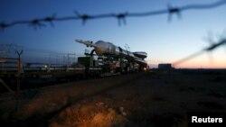 Космический корабль Союз ТМА-16М транспортируют к стартовой площадке на космодроме Байконур. 25 марта 2015 года.