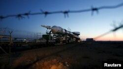 """""""Союз"""" ТМА-16М ғарыш кемесін ұшыру алаңына апара жатыр. Байқоңыр, 25 наурыз 2015 жыл."""