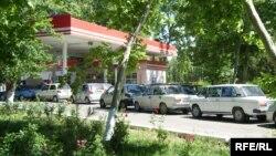 Өзбекстан -- Бензинге кезек күткөндөр, Ташкент.
