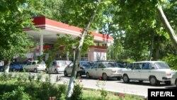Очередь на автозаправочной станции. Ташкент.