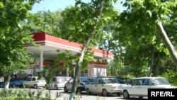 Ўзбекистондаги АËҚШларидаги бензин учун навбат кутишлар ҳали-вери тугайдиган кўринмайди.