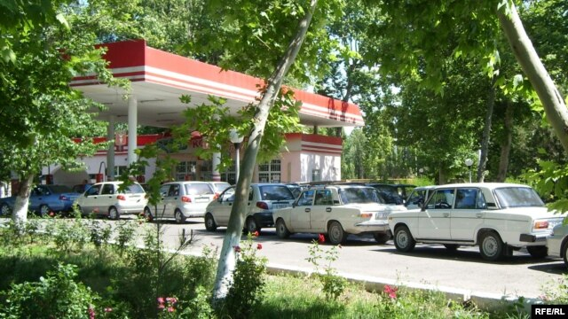 Long lines have been forming outside Uzbek gas stations amid a chronic energy shortage (file photo).