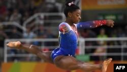 Gimnasta Simone Biles în timpul Jocurilor Olimpice de la Rio, 16 august, 2016