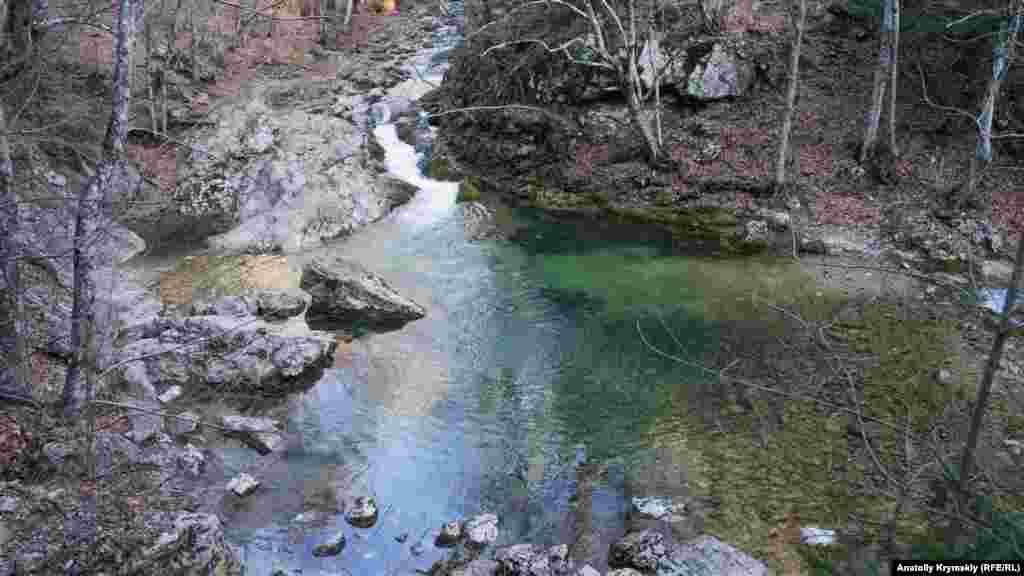 Голубое озеро в ожидании большого таяния снегов. Отсюда до села Соколиное, где заканчивается маршрут, около пяти километров. Путь проходит вдоль берега реки Кокозка