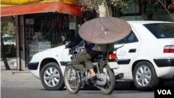 نیروهای نهادهای انتظامی ایران هر از چند گاه، در عملیاتی گسترده سعی می کنند ماهوارهها را جمعآوری کنند و به طور مستمر علیه استفاده از این وسیله هشدار میدهند.