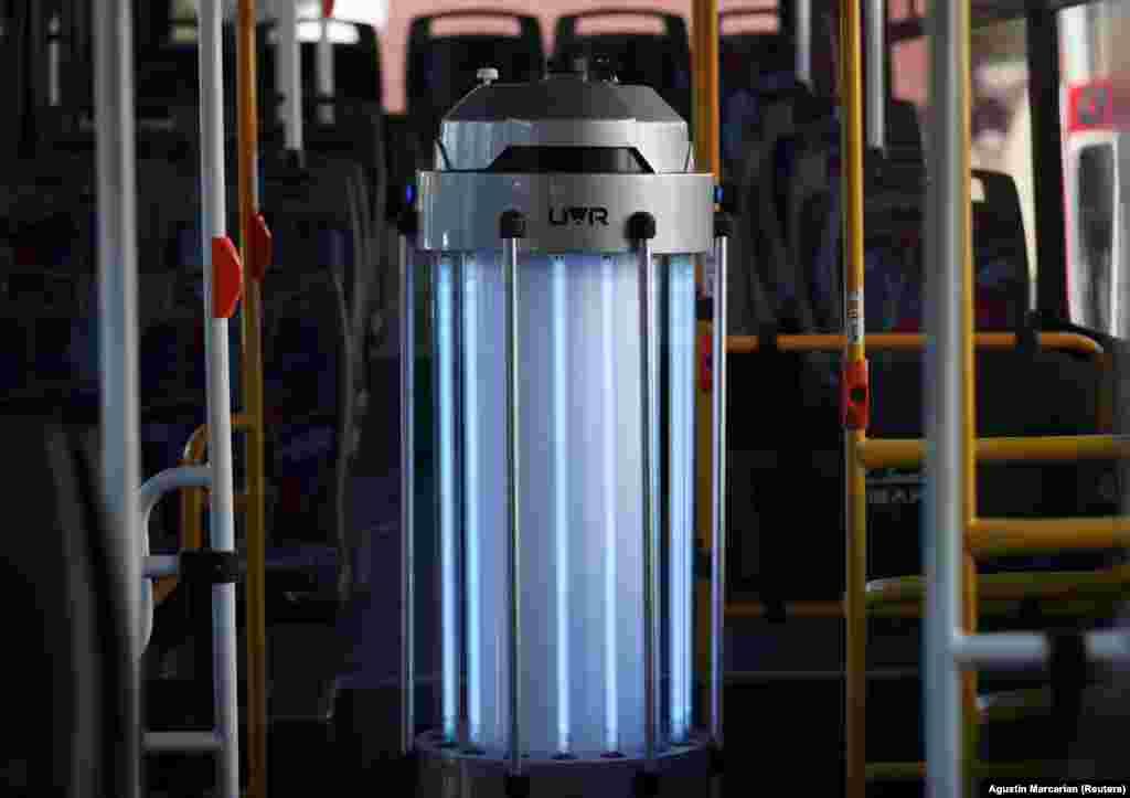 Робот аргентинської компанії UV-Robotics використовує УФ світло для виявлення мікробів та дезінфекції в автобусі. Буенос-Айрес, Аргентина