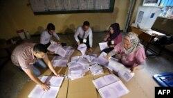 Ирак: подсчет голосов на парламентских выборах на одном из избирательных участков (Багдад, 30 апреля 2014 года)