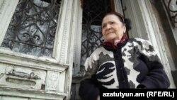 Երևանյան հին տան բնակչուհի Էմմա Խոյեցյանը։ Նրա տունը ևս շուտով կքանդվի։