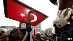 به گفته تورکان سايلان مسوول تشکل های مدنی ترکيه و از برگزارکنندگان اصلی گردهمايی، گرمای هوا از مشارکت گسترده مردم جلوگيری کرد