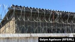 Ограждение вокруг спецприемника для административно арестованных в Алматы.